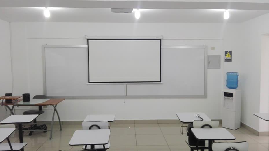 Ecran instalado y abierto en Colegio Interamericana de California, Trujillo