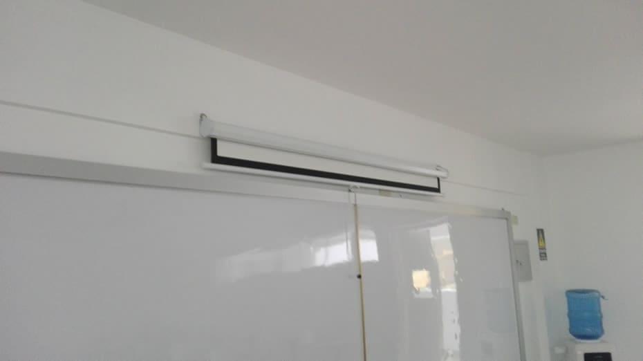 Ecran colocado en pared de aula en Colegio Interamericana California, Trujillo