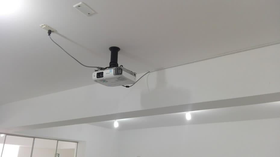 Instalación de proyector y su rack en techo de aula, colegio Interamericana California