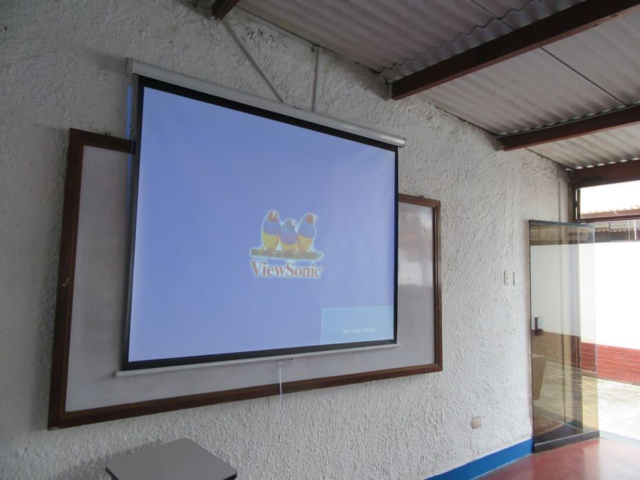 Prueba de funcionamiento de proyección sobre ecran instalado en pared, toma mas cercana