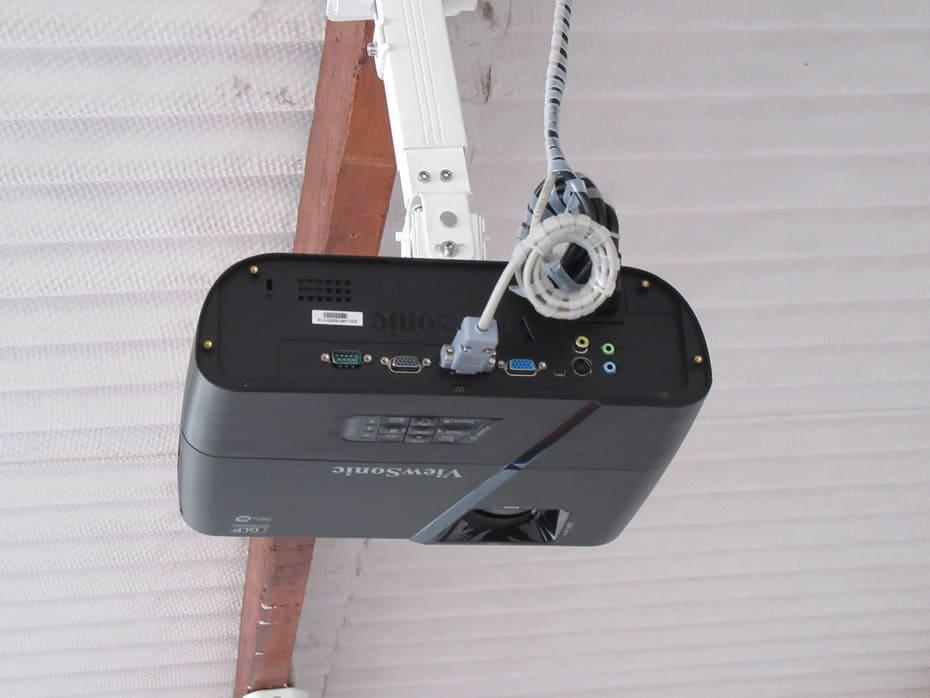 Proyecto instalado toma fotográfica trasera, vista de los conectores