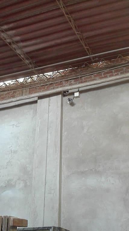 Cámara de seguridad exterior colocada en area de producción de pieles, vista de otra posición