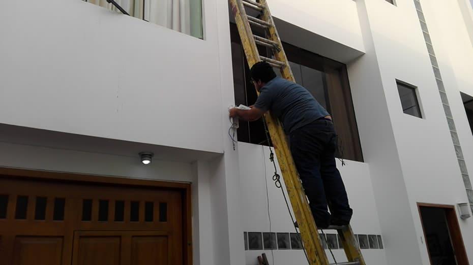 Anclaje de cámara de seguridad Hikvision, en casa de cliente en Urb. El Golf, Trujillo