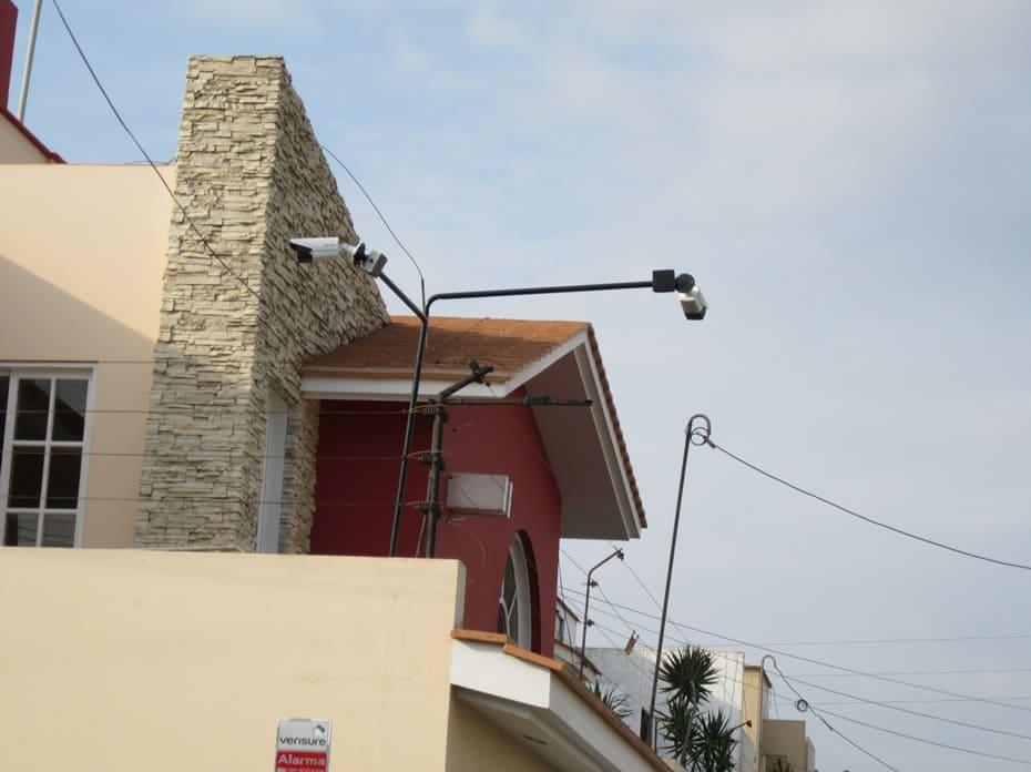Cámaras en esquina de casa, colocada sobre cerco eléctrico; apuntando diferentes posiciones, otro ángulo