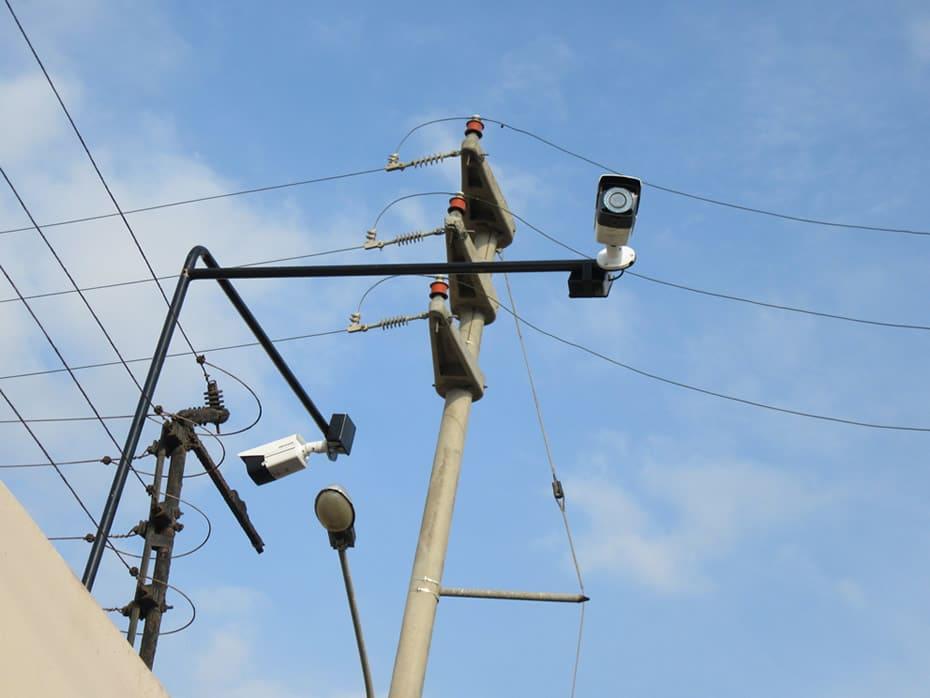 Cámaras en esquina de casa, colocada sobre cerco eléctrico; apuntando diferentes posiciones, toma cercana