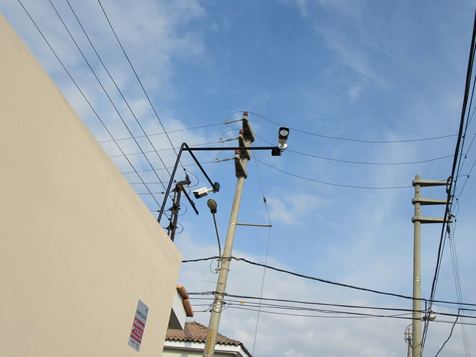 Cámaras en esquina de casa, colocada sobre cerco eléctrico; apuntando diferentes posiciones