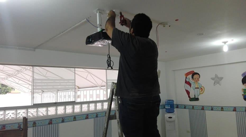 Instalación de rack para proyector en Jardín Interamericana Urb. California Trujillo